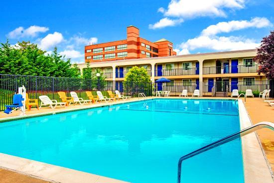 Days Inn Towson: Swimming Pool