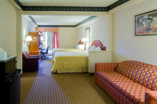 Howard Johnson Inn & Suites Allentown/Dorney: Suite with 2 Queen Beds and Pull out Sofa
