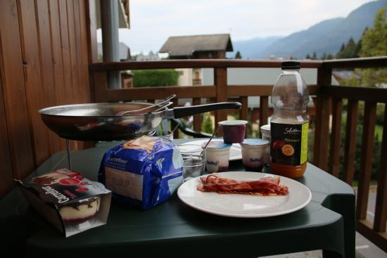 Résidence Grand Massif : Using the kitchen and eating on the balcony