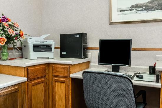 Econo Lodge & Suites : Business Center