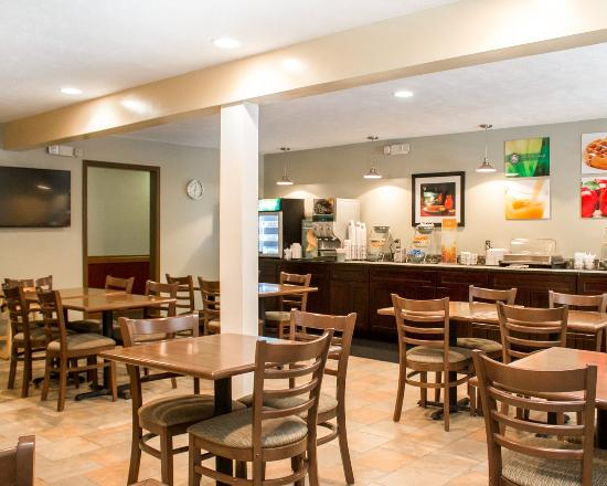Quality Inn By the Bay: Breakfast Seating