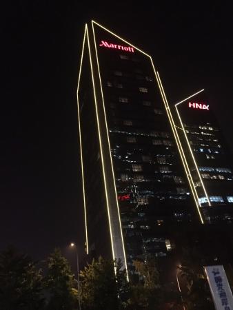 Beijing Marriott Hotel Northeast: Marriot by night