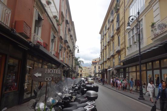 vista Corso Italia, calle principal Sorrento desde entrada Hotel Casa Sorrentina. otro lado.