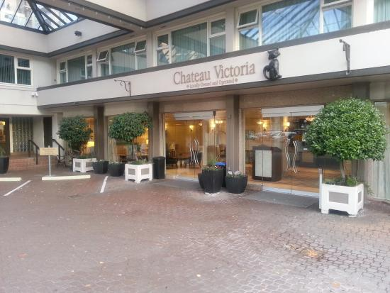 Chateau Victoria Hotel and Suites: Main entrance