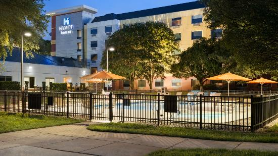 HYATT house Charlotte Airport: Enjoy our campus with outdoor pool, BBQ area and Basketball court