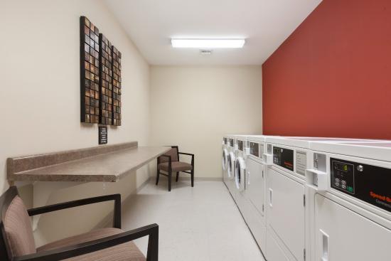 Hampton Inn & Suites Williston: Laundry Room