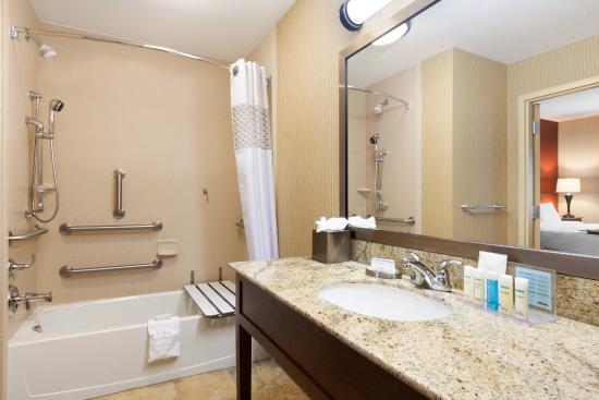Hampton Inn & Suites Williston: Accessible Tub  Room