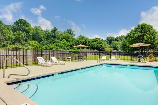 Microtel Inn & Suites by Wyndham Cherokee: Pool