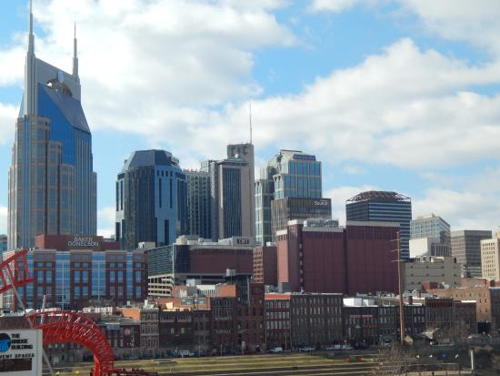 Nashville Downtown Hostel: Hostel in the foreground, with the Skyline behind