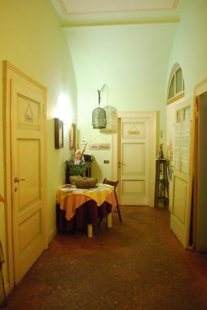 Bed and Breakfast Alba : Korytarz - widok od drzwi wejściowych