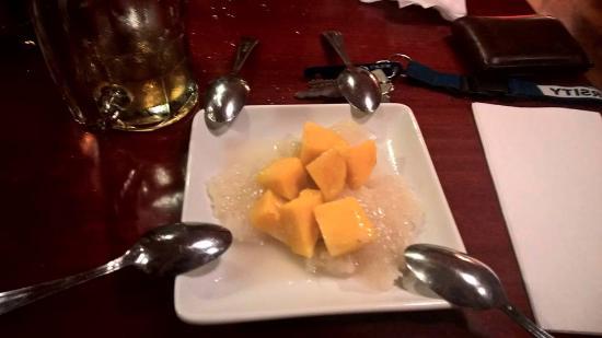 Basil Cafe: Sticky rice and mango dessert