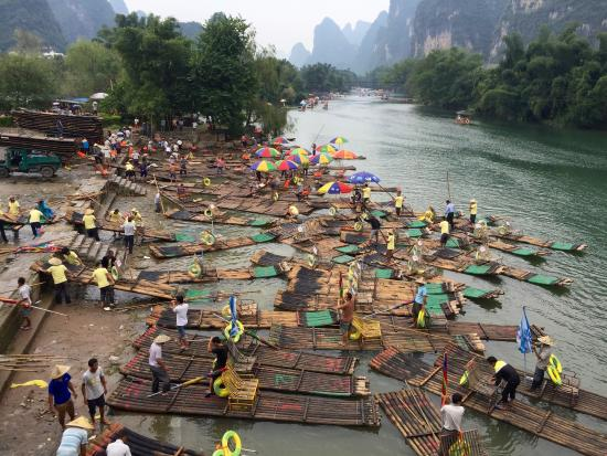 Yangshuo Sunset Clouds Hostel : Crazy bamboo rafts...