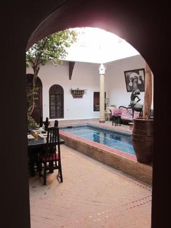 Riad El Zohar: Dining room/plunge pool