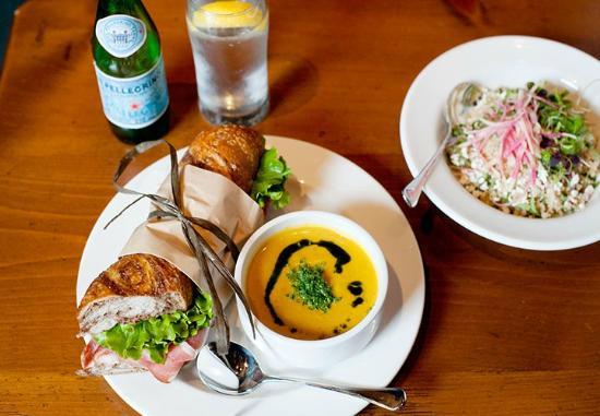 Oak Bay Beach Hotel: Kate's Cafe