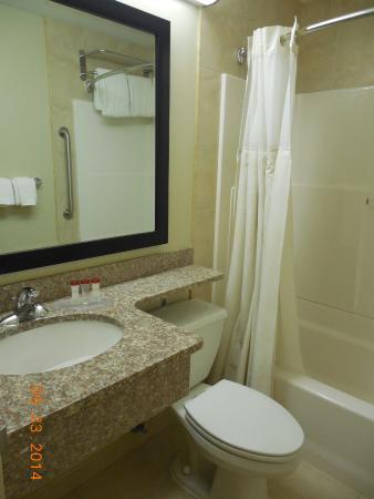 Ramada Staten Island: Ramada hotel bathroom
