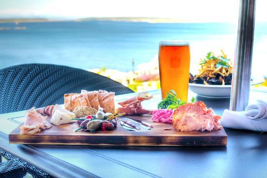 Oak Bay Beach Hotel : The Snug Pub