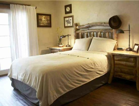 Jefferson Street Bed & Breakfast: #6 Tree Suite has private bath.  Whirlpool spa in bedroom.