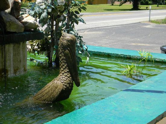 Little Shamrock Motel: sculpture out front, in pond!