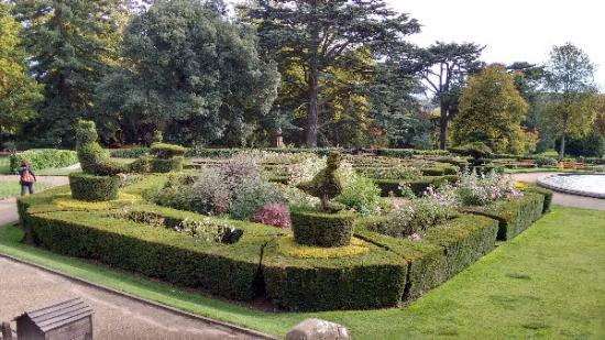 Formal garden area picture of warwick castle warwick for Gardening 4 you warwick