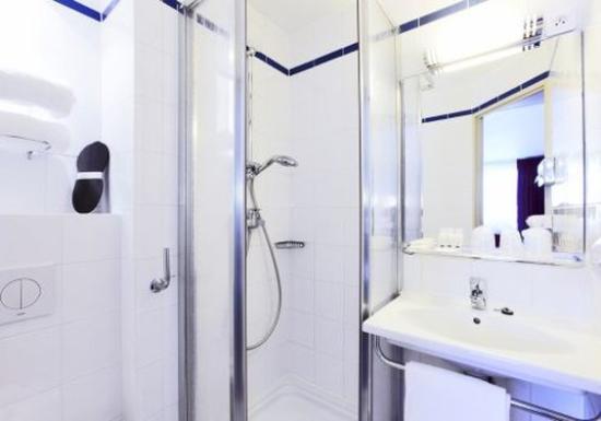 Kyriad Hotel Paris Bercy Village: Bathroom