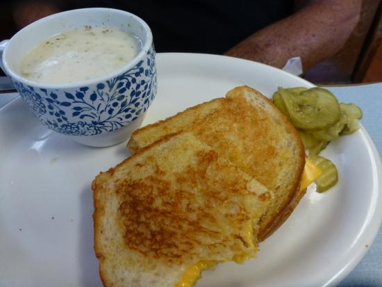 Kingsburg, Калифорния: Homemade Broccoli Soup with Grilled Cheese