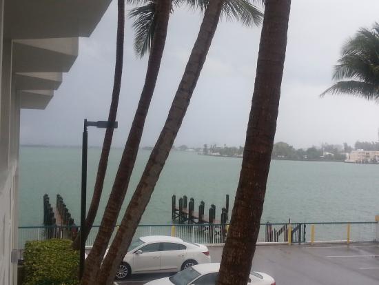 North Bay Village, فلوريدا: vista lateral do quarto com visão para o mar