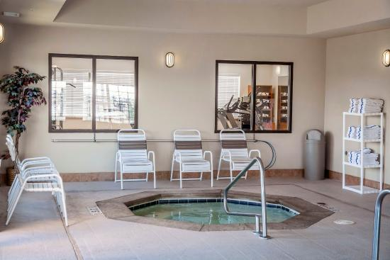 Comfort Suites Forest Park: Indoor hot tub