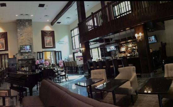 Hampton Inn & Suites Fairfield : Charm piano bar and lounge. Oct 2015