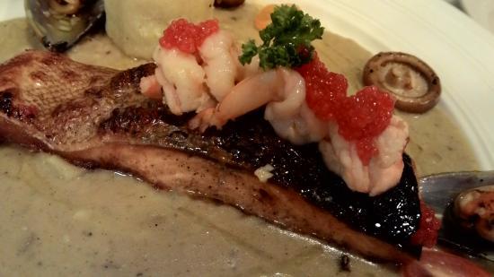 L'Atelier French Restaurant: Salmon...crunchy skin juicy fish
