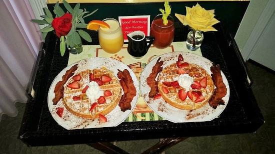 Cozy Rose Inn: Breakfast served to our suite