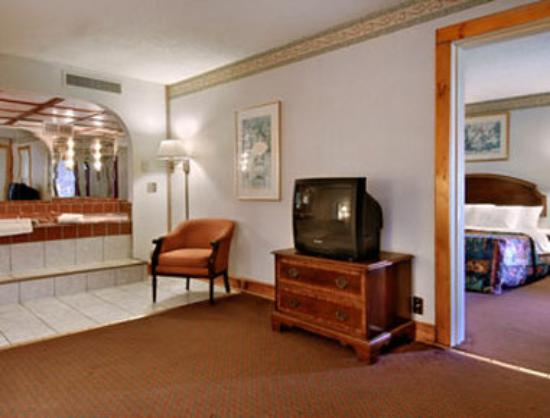 New Bedford Inn And Suites Jacuzzi Suite