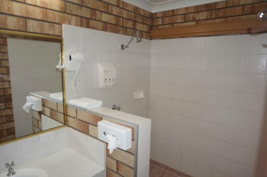 Miles Outback Motel: Bathroom