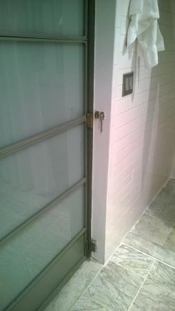 Shoreham: porta bagno che da verso la camera da letto. Quindi niente privacy.