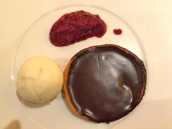 Flagey-Echezeaux, Γαλλία: Tarte au chocolat, framboises et glace