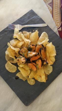 Mejillones en escabeche con patatas chips.