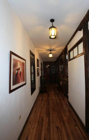 Casa Ordonez: Wood planked hallways