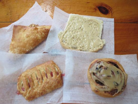 Château Richer, Καναδάς: お昼ごはん用に購入したパン。これで二人分です。