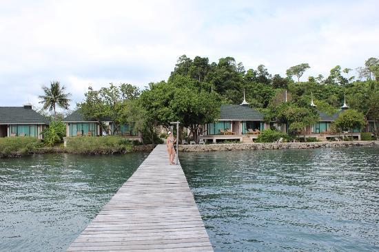 Chai Chet Resort: Вид на отель с пирса