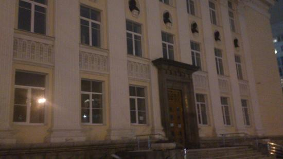 Свердловская областная универсальная научная библиотека имени Белинского: Ночной фасад