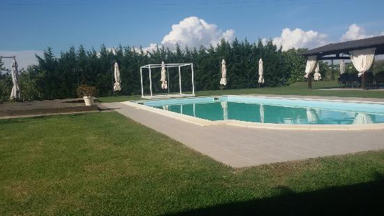 Il Casale Mancini: La piscina del casale!