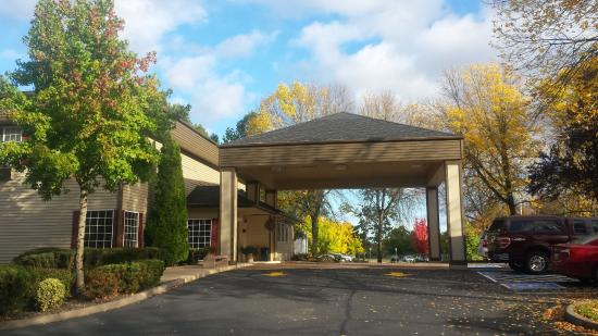 Best Western Plus Prairie Inn: The fall colors were gorgeous and inviting