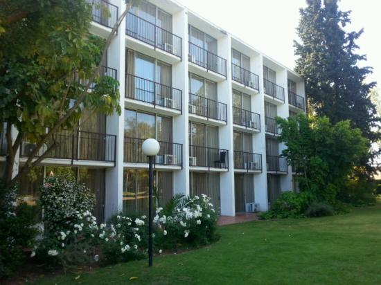 Oudtshoorn Inn Hotel and Conferencing Centre: Hotelfassade vom Garten aus