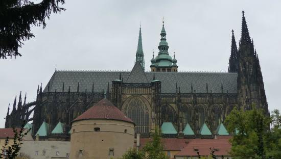 Sightseeing Prague: St Vitus Cathedral from the Gardens