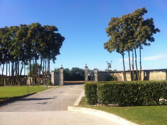 Country Hotel Castelbarco: main-entrance/exit to/from hotel