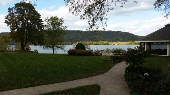 Riverside Inn Bed & Breakfast : A view of the back yard of the Riverside Inn estate, looking at the Ohio River.