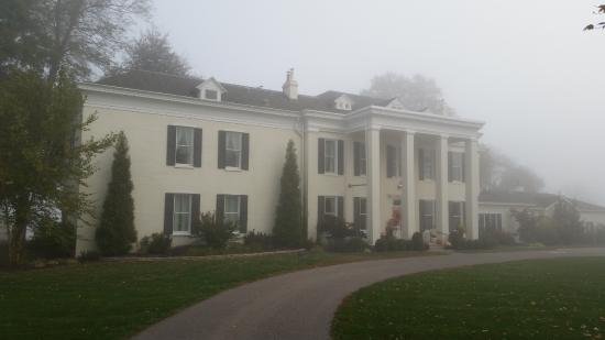 Riverside Inn Bed & Breakfast: The front of Riverside, during a fall foggy morning.