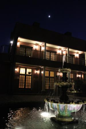 Lodge Alley Inn: in front of griffin suites at night