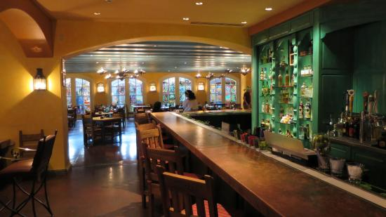 Gardunos Restaurant & Cantina: The bar area is quite huge.