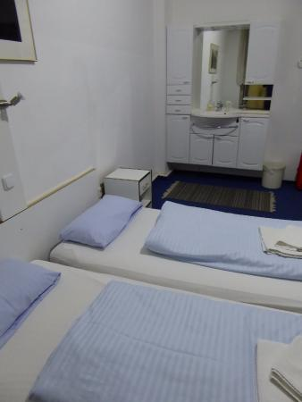 Space Hotel & Hostel Leipzig: double room with sink in room