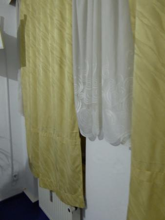 Space Hotel & Hostel Leipzig: old curtains in room